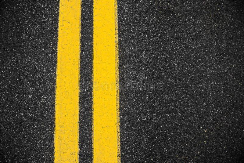Superfície do asfalto da estrada com duas linhas amarelas foto de stock royalty free