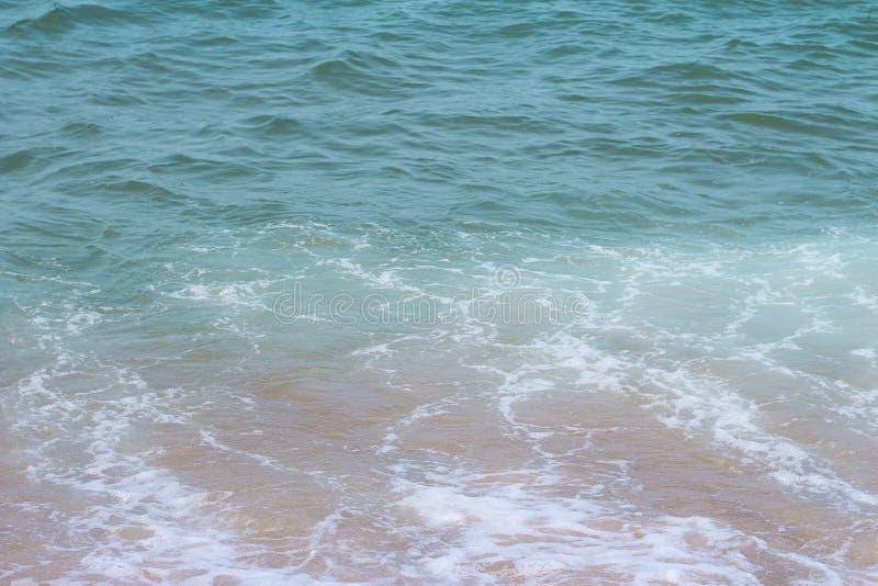 Superfície do mar com ondas e espuma, vista superior, fundo natural imagens de stock