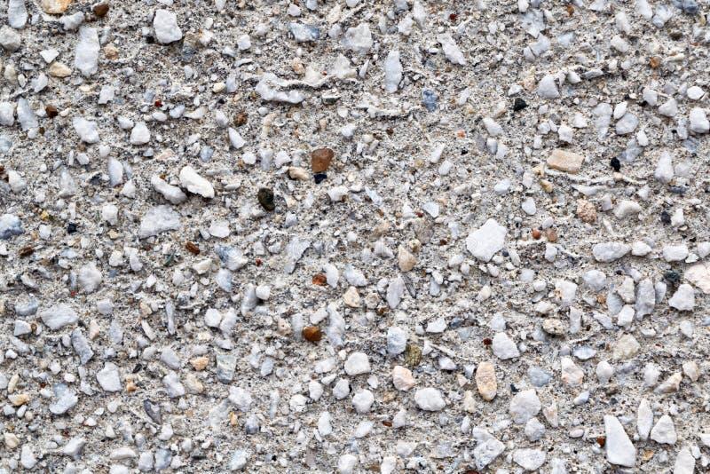 A superfície do muro de cimento é coberta com as pedras diferentes foto de stock royalty free