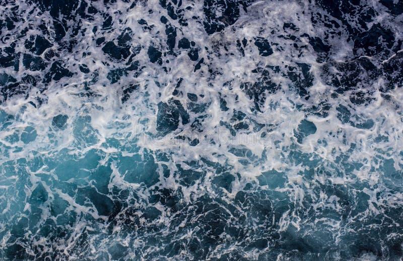 Superfície do oceano com ondas e espuma imagem de stock royalty free