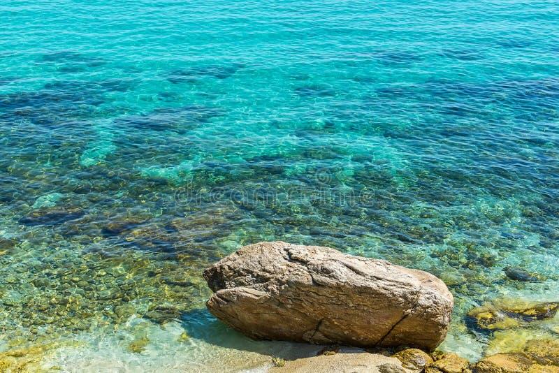 Superfície e praia do Seawater de turquesa em Grécia imagem de stock royalty free
