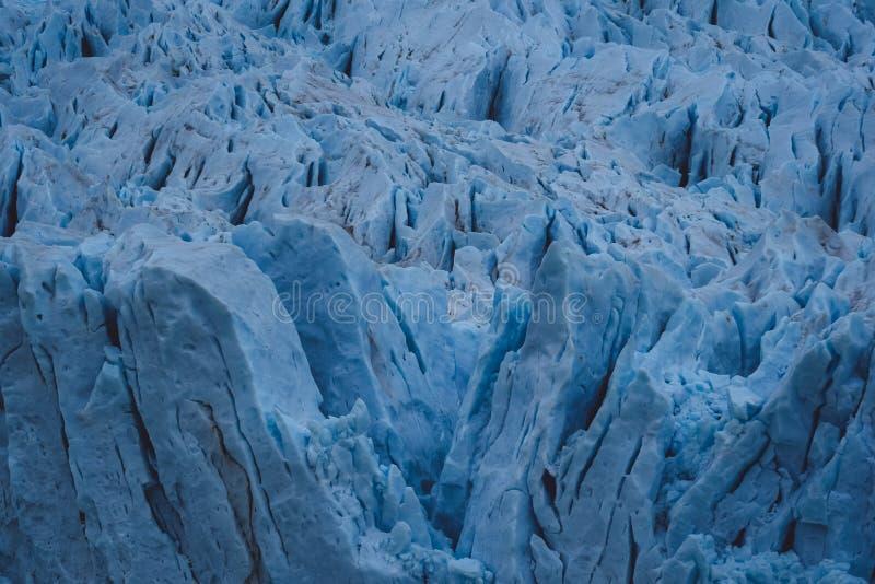 Superfície fraturada do gelo azul em uma geleira imagens de stock