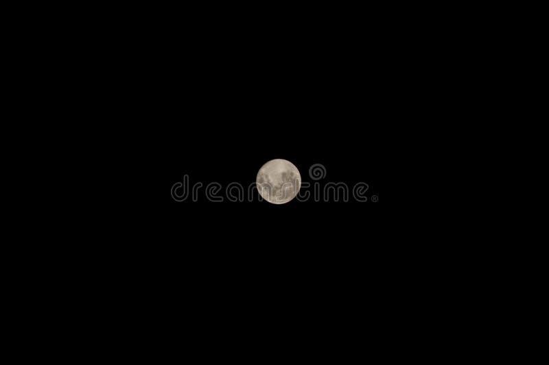 superfície lunar sobre um céu preto imagem de stock