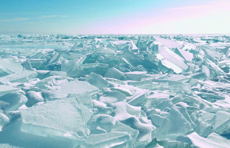 Superfície rachada do gelo da água congelada no lago de Baikal na estação do inverno imagens de stock royalty free