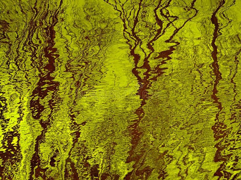 Superfície rippling amarela da água com reflexões de árvores e do céu desencapados imagem de stock royalty free