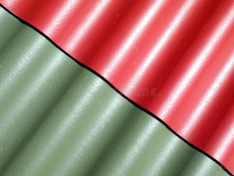 Superfície vermelha e verde do telhado fotografia de stock royalty free