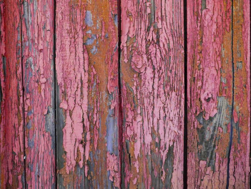 Superfície vermelha pastel pintada da madeira, com uma linha vertical expressivo abstrata textura Fundo pastel para o projeto imagens de stock royalty free