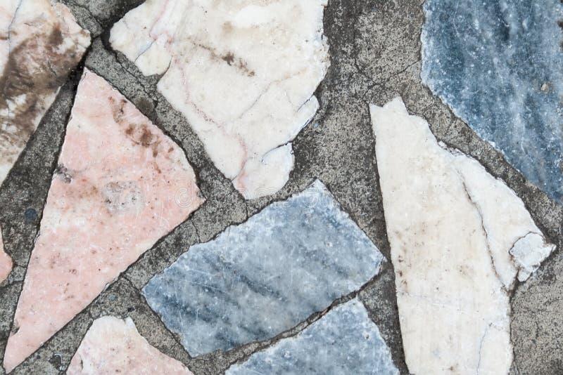 Superf?cie concreta com os remendos m?ltiplos de grandes pedras coloridas closeup imagem de stock royalty free