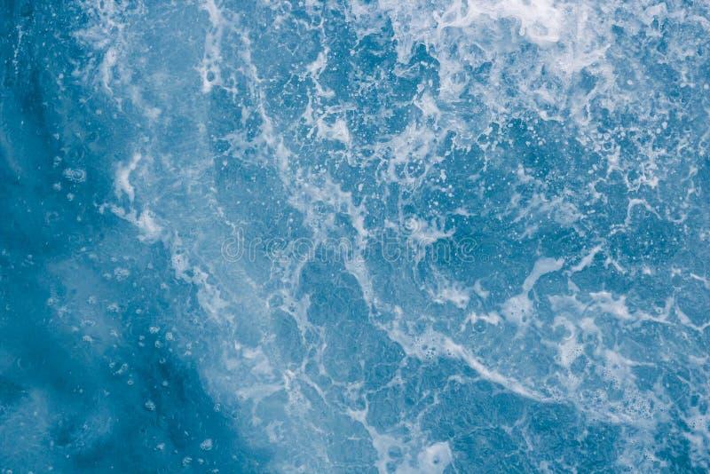 Superficie azul claro del mar con las ondas, el chapoteo, la espuma y las burbujas en la alta marea y la resaca, fondo abstracto fotos de archivo