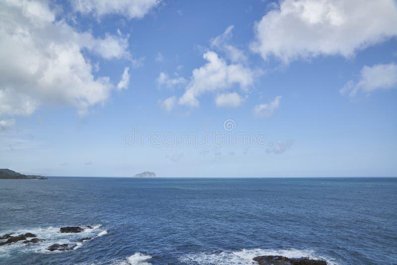 Superficie azul del mar o del agua con horizonte y el cielo fotografía de archivo