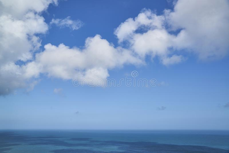 Superficie azul del mar o del agua con horizonte y el cielo imágenes de archivo libres de regalías