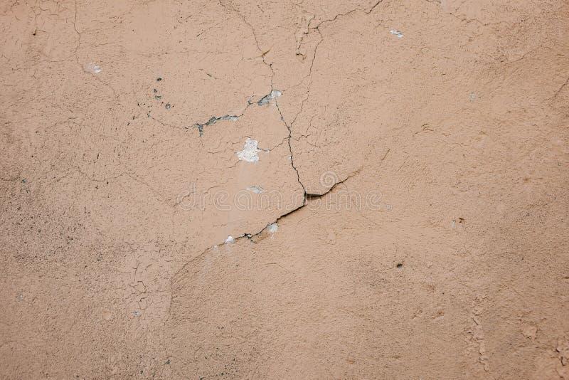 Superficie beige del crepitare della parete dello stucco Fondo strutturato beige leggero Struttura di Grunge Contesto stagionato  fotografie stock libere da diritti