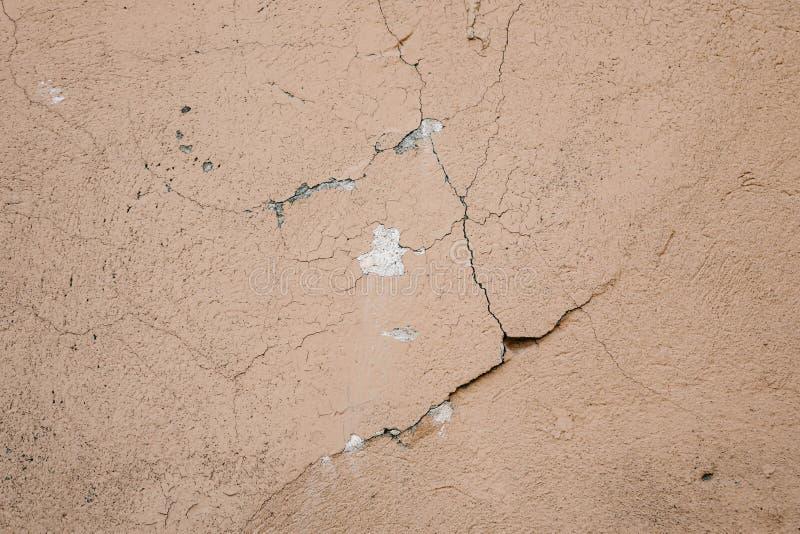 Superficie beige del crepitare della parete dello stucco Fondo strutturato beige leggero Struttura di Grunge Contesto stagionato  immagini stock libere da diritti
