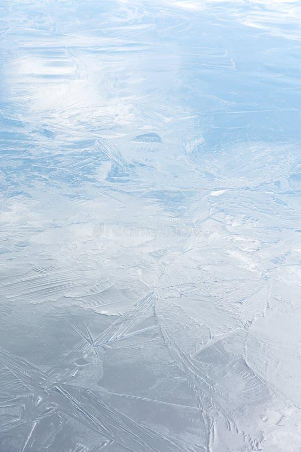 Superficie brillante de la superficie helada congelada del río con la reflexión del cielo foto de archivo