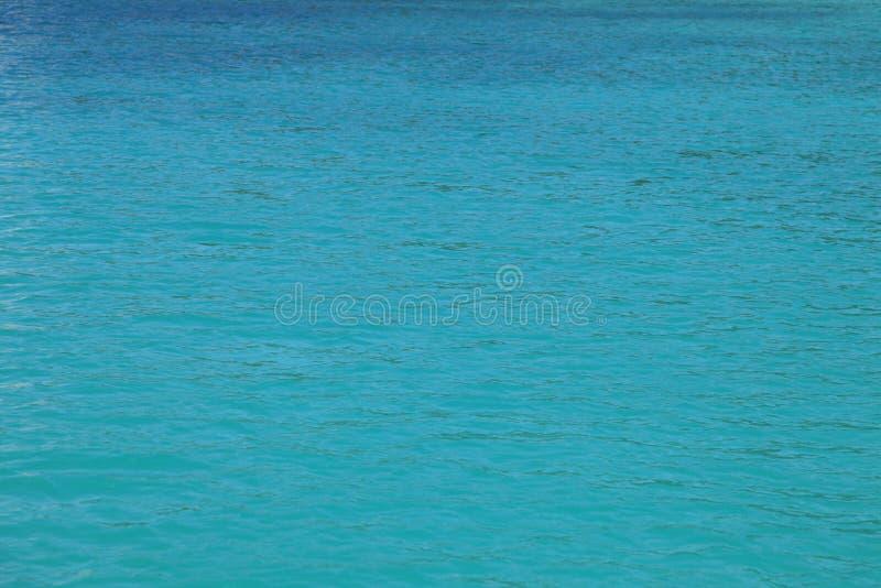 Superficie calma dell'acqua turchese/del blu per fondo - oceano fotografia stock