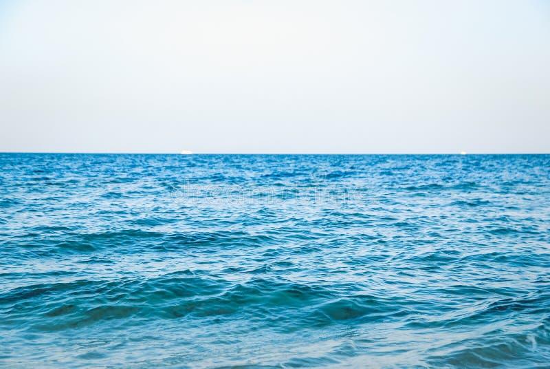 Superficie clara serena hermosa del agua del océano del mar de la turquesa con las ondulaciones y las ondas bajas en fondo del pa fotografía de archivo