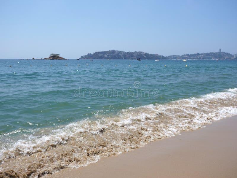 Superficie constante del agua de la bahía en la ciudad de ACAPULCO en México y ondas blancas del paisaje del Océano Pacífico fotografía de archivo libre de regalías