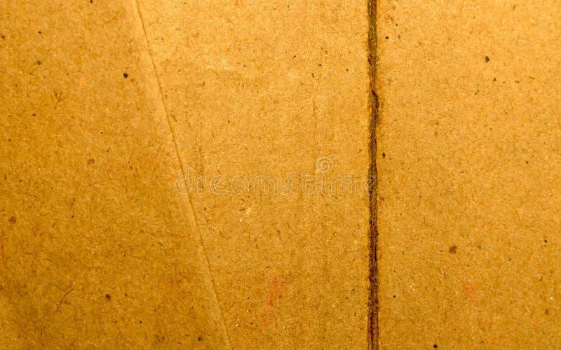 Superficie contenitore di carta d'annata del cartone di colore giallo luminoso dello strato lacerato e del taglio di vecchio Fine immagini stock