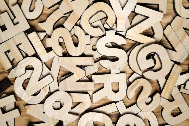 Superficie coperta di lettere di legno multiple come fondo fotografia stock libera da diritti
