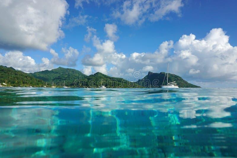 Superficie costiera dell'acqua dell'isola di Huahine del paesaggio fotografia stock libera da diritti