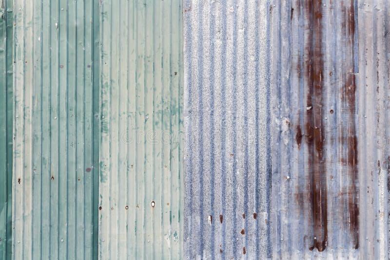 Superficie d'acciaio galvanizzata ondulata arrugginita della lamina di metallo del ferro grigia immagini stock libere da diritti