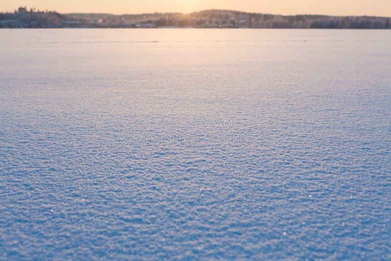 Superficie de la nieve en la puesta del sol congelada del lago fotografía de archivo