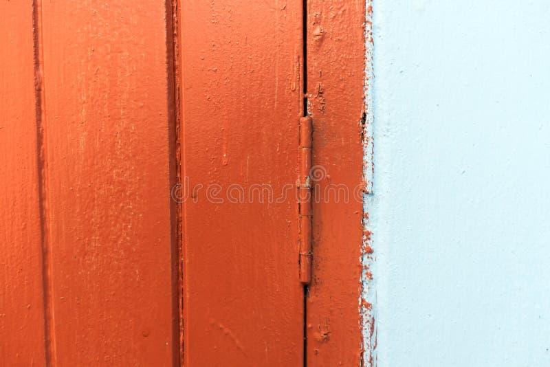 Superficie de madera de Brown y fondo azul fotografía de archivo libre de regalías