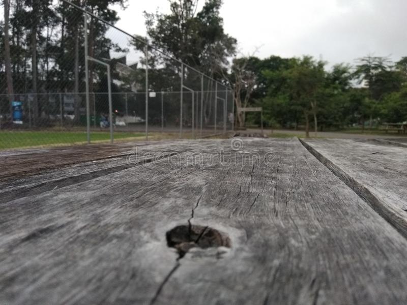 Superficie de madera en el parque imagenes de archivo