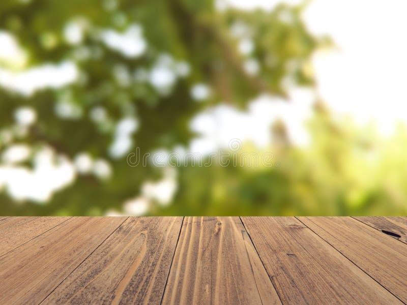Superficie de madera vacía con el fondo borroso contexto de la naturaleza, exhibición del producto fotografía de archivo
