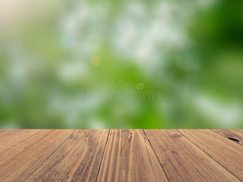 Superficie de madera vacía con el fondo borroso contexto de la naturaleza, exhibición del producto fotos de archivo