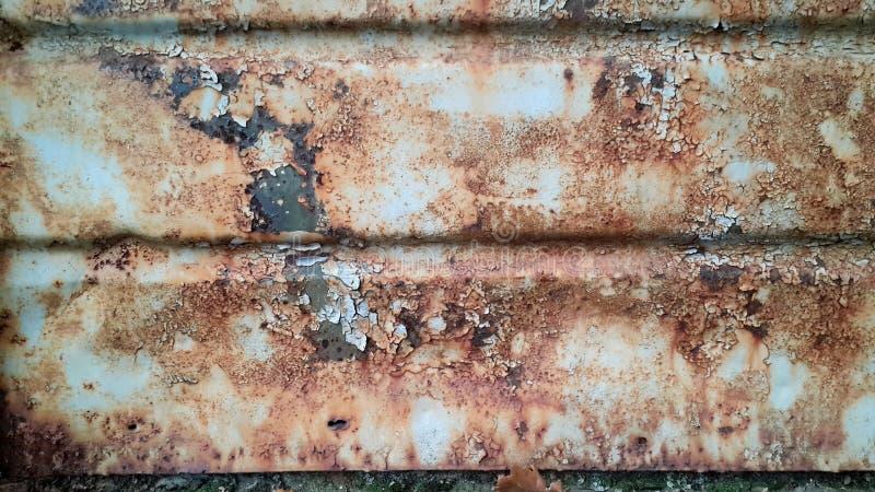 Superficie de metal oxidada con la pintura lamentable gris fotografía de archivo