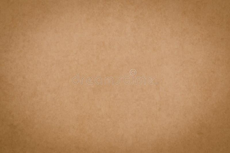 Superficie de pergamino marrón, papiro. Textura de hoja de papel de época. Fondo del envase amarillo, tarjeta sucia, patrón. Re foto de archivo