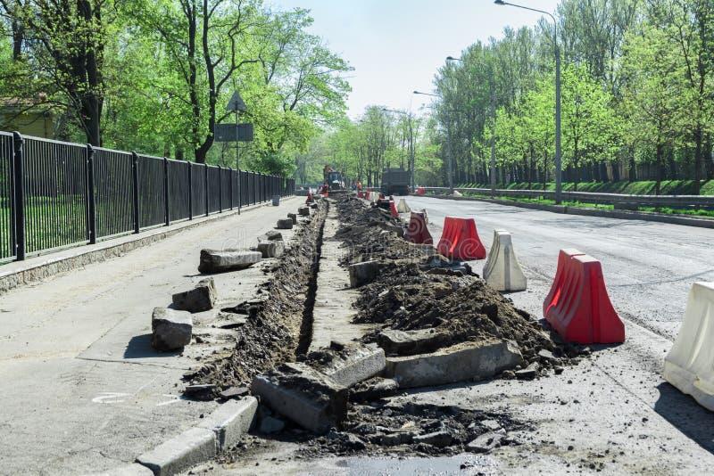 Superficie del agujero y de la carretera que repara trabajos Reparación de caminos imagenes de archivo