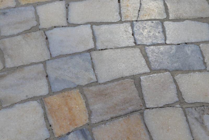 Superficie del cuarzo de las piedras de la calle de una pavimentaci?n multicoloras del camino fotos de archivo