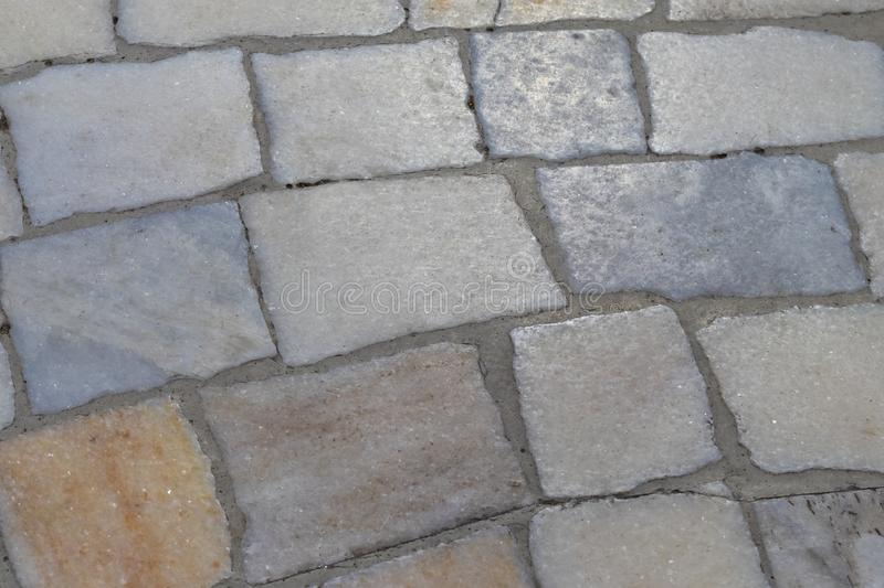 Superficie del cuarzo de las piedras de la calle de una pavimentaci?n multicoloras del camino imagen de archivo libre de regalías