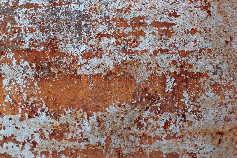 Superficie del hierro oxidado con los remanente de la pintura blanca vieja, pintura saltada, fondo de la textura fotografía de archivo