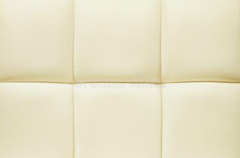 Superficie del primo piano di cuoio giallo del fondo di struttura del sofà fotografia stock libera da diritti