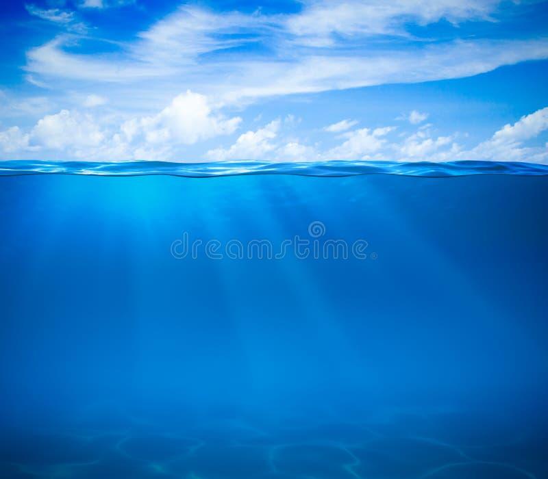Superficie dell'acqua dell'oceano o del mare e subacqueo fotografia stock libera da diritti