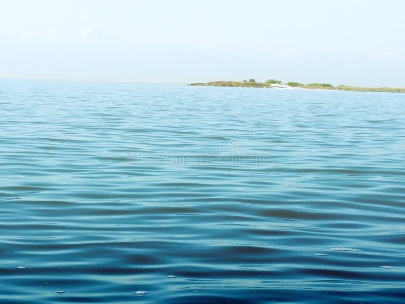 Superficie dell'acqua di mare ancora calmo immagine stock libera da diritti