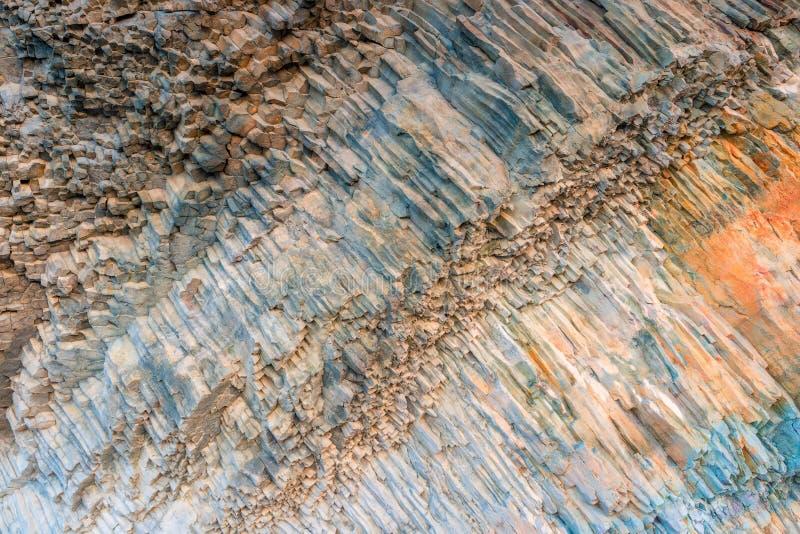 Superficie della lava congelata rocce della roccia sotto forma di esagoni vicino immagini stock libere da diritti