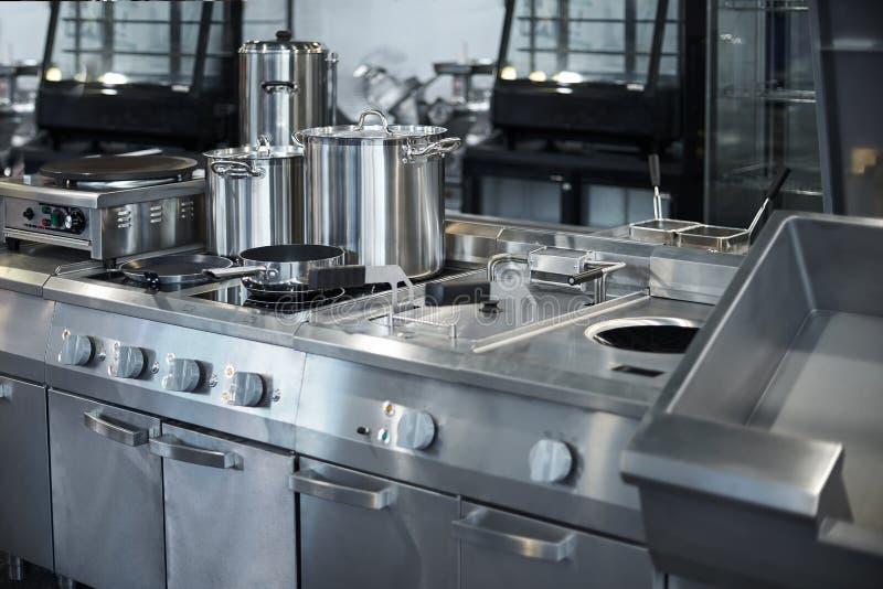 Superficie di lavoro ed attrezzatura della cucina in cucina professionale, contatore di vista in acciaio inossidabile immagine stock