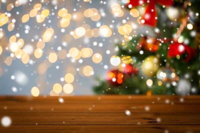 Superficie di legno vuota sopra le luci dell'albero di Natale immagine stock