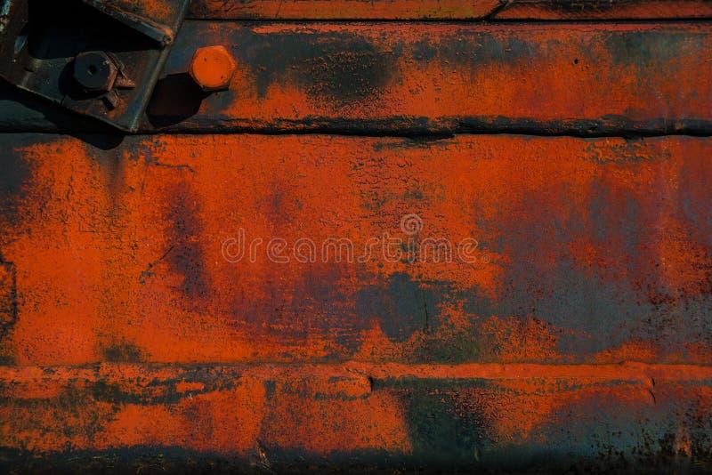 Superficie di metallo approssimativa con ruggine e pittura arancio immagini stock libere da diritti