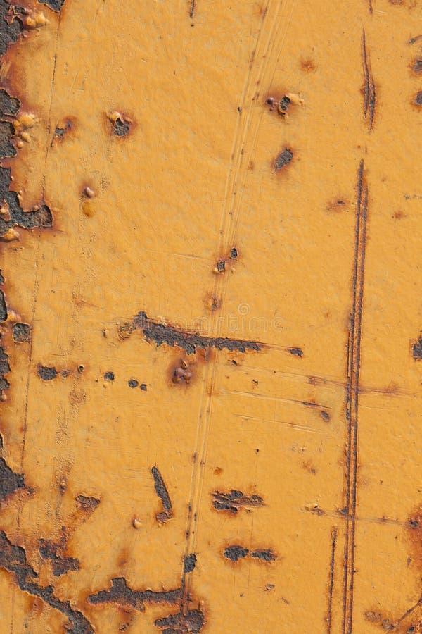 Superficie di metallo dipinta gialla con ruggine e graffi come struttura o fondo fotografia stock libera da diritti