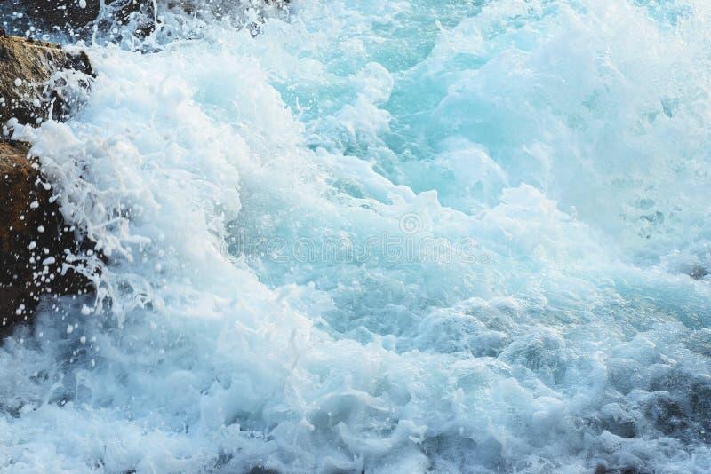 Superficie di schiumatura dell'acqua blu, acqua dalla vista superiore, acqua di mare con schiuma fotografia stock libera da diritti