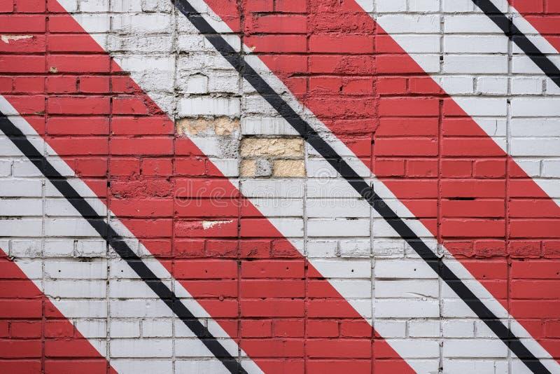 Superficie diagonalmente dipinta dei mattoni della parete nei colori rossi e in bianco e nero, come graffiti Struttura grafica di immagini stock libere da diritti