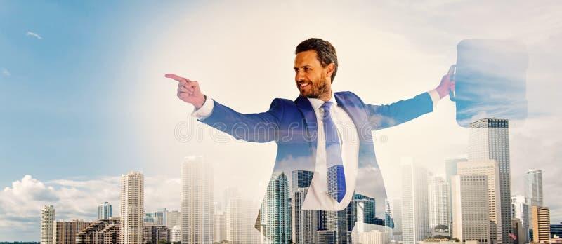 Superficie digital interactiva del encargado financiero del hombre de negocios Hombre de negocios con el fondo del centro de nego fotos de archivo libres de regalías