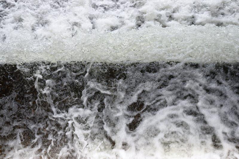 Superficie espumosa de la agua corriente con una opinión inusual - fondo natural abstracto imagen de archivo libre de regalías