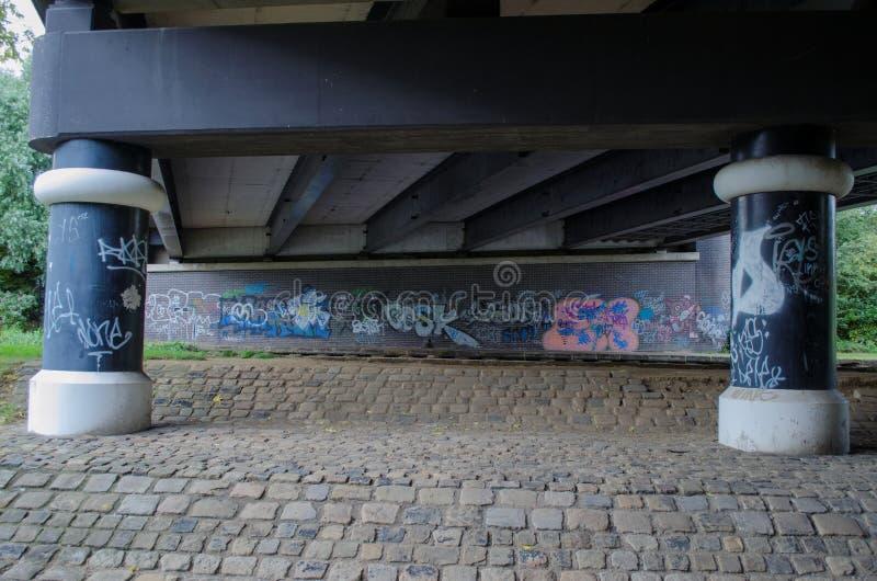 Superficie inferior de un puente del camino fotografía de archivo