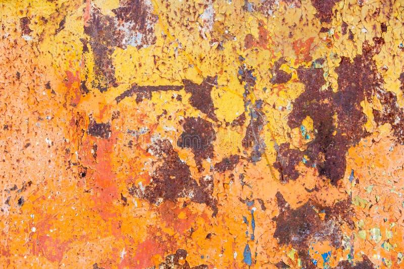 Superficie metálica oxidada que pela el yeso amarillo fotografía de archivo
